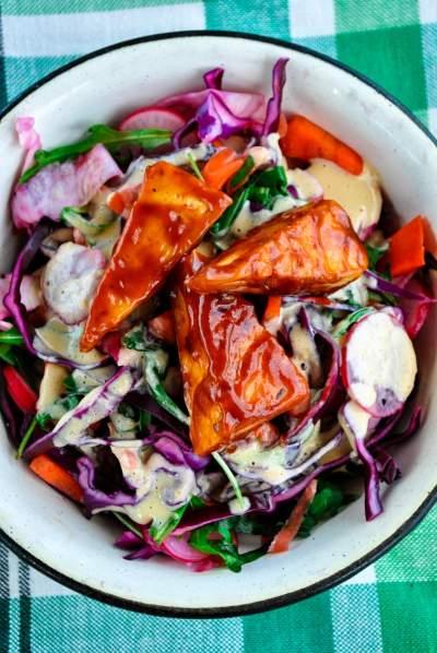 Krõmpsuv köögiviljasalat maapähklikastme ja grilltofuga.